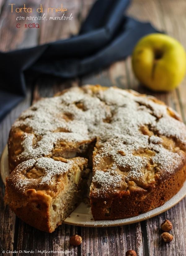 Torta con mele con frutta secca e uvetta