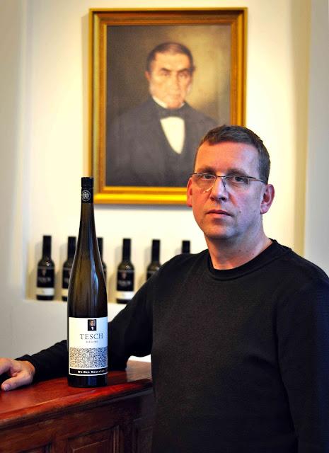 Winzer Dr. Martin Tesch mit dem Riesling Weißes Rauschen