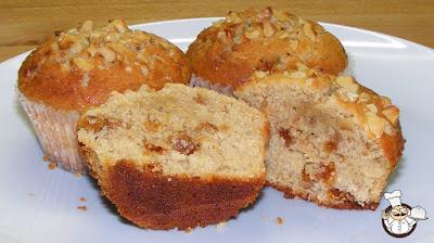 Muffin con melata di bosco, noci e fichi secchi.
