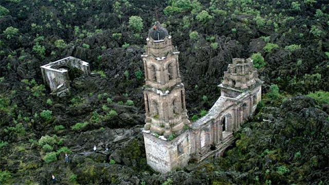 Iglesia cubierta por lava