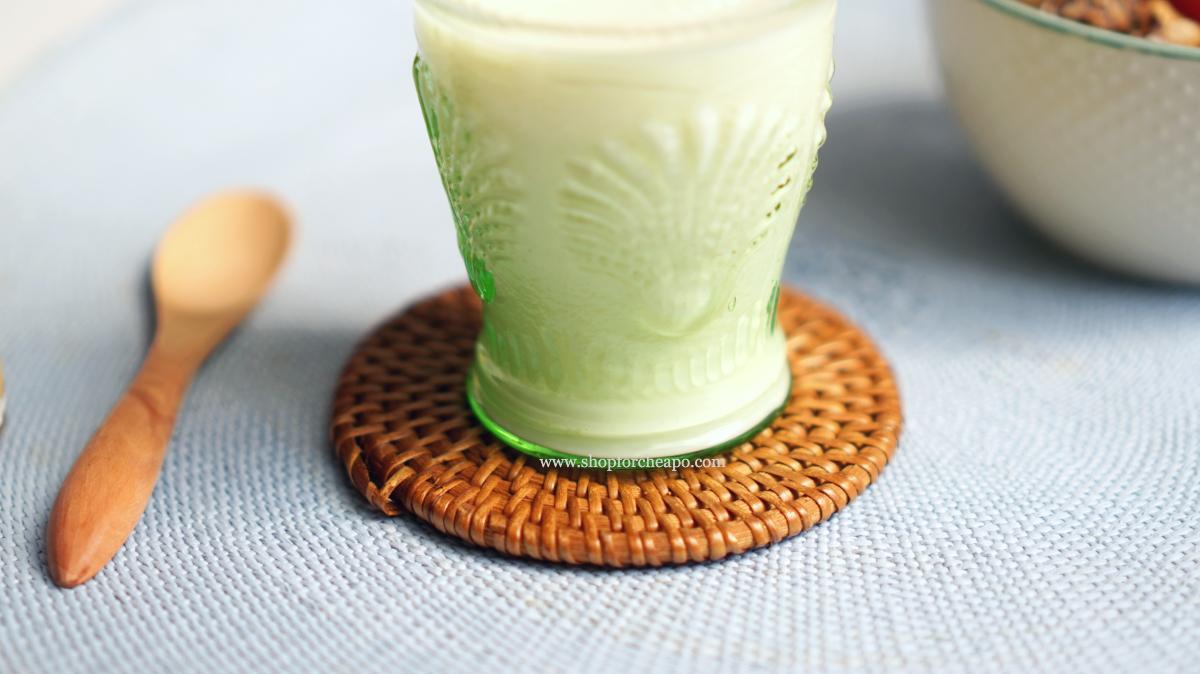 susu putih di dalam gelas di atas coaster anyaman