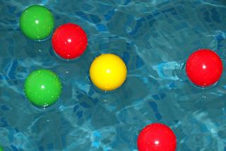 カラーボールを浮かべたプール