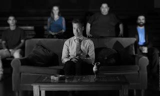 """""""Χαρτοπόλεμος"""" του Βαγγέλη Ρωμνιού, σε σκηνοθεσία Γιώργου Παλούμπη."""