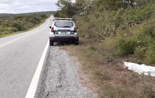 Carro bate em pedra, capota e deixa uma pessoa morta e outra ferida na Paraíba