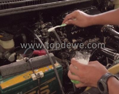 Cara membersihkan mesin mobil sendiri