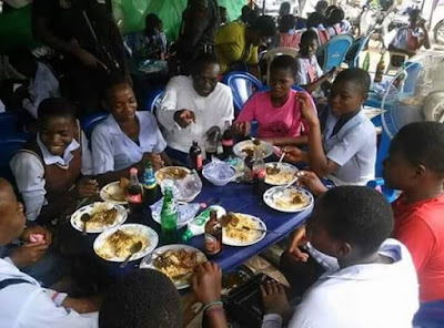 (PHOTOS) Andy Uba, Anambra Governorship Aspirant Hangs out with Pupils and Traders