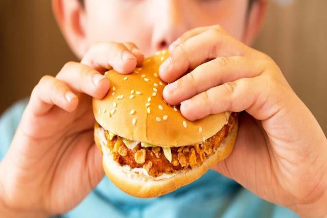 أضرار الإفراط في تناول الوجبات السريعة على طفلك