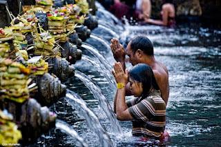 Makna Melukat Bagi Umat Hindu