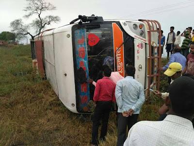 पटना से शेखपुरा जा रही बस पलटी, सभी यात्री सुरक्षित