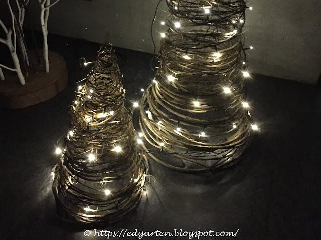 Weihnachtsbäume mit Lichtern