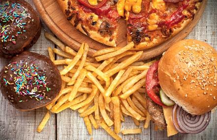 patatine pizza e hamburger con pomodoro cipolla formaggio e cetrioli