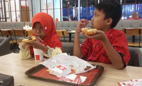 KOMPAK :  Saat di Wendys , kompak berdua ya adik dan kakak harus rukun dan bahagia hhehehe  Enak ya.  Foto Asep Haryono