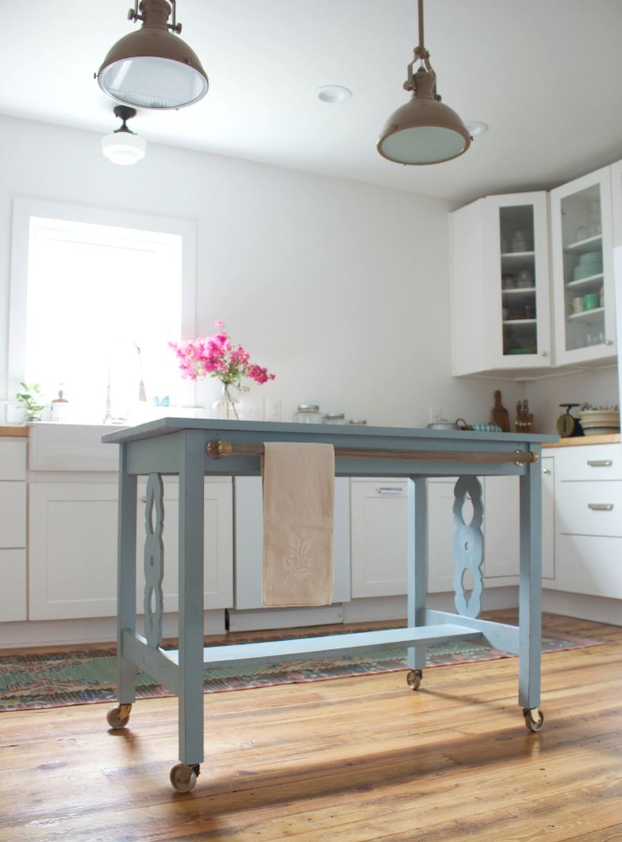 Isola fai da te in cucina con un tavolo