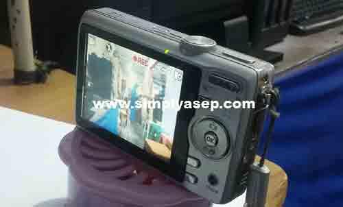 VIDEO :  Kamu bisa topang dengan Tripod mini saat Kodak EasyShare M852 menjalan aksinya recording agar tidak shake (goyang). Foto Asep Haryono