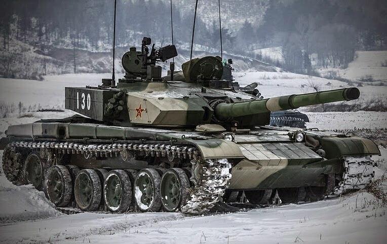 Танк тип 99 під час навчань взимку