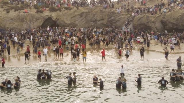 """Igreja registra 1.000 pessoas batizadas na praia durante """"avivamento espiritual"""""""
