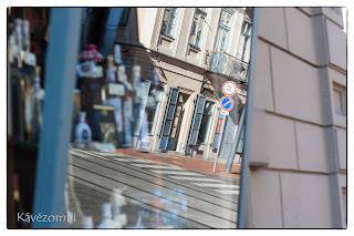 Tükröződő kirakatüveg egy szegedi utcán