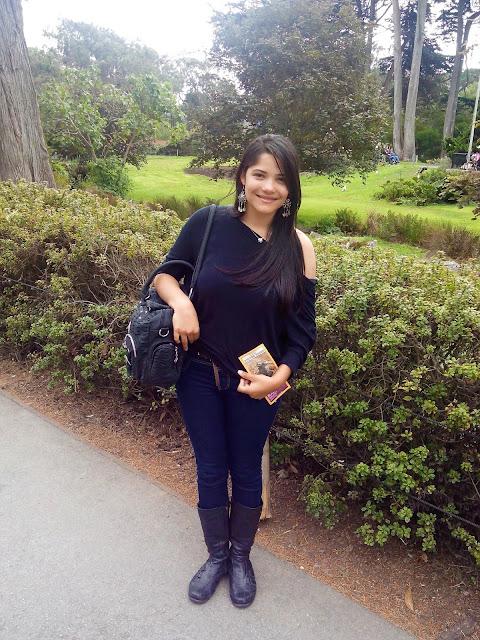menina no jardim de um zoológico