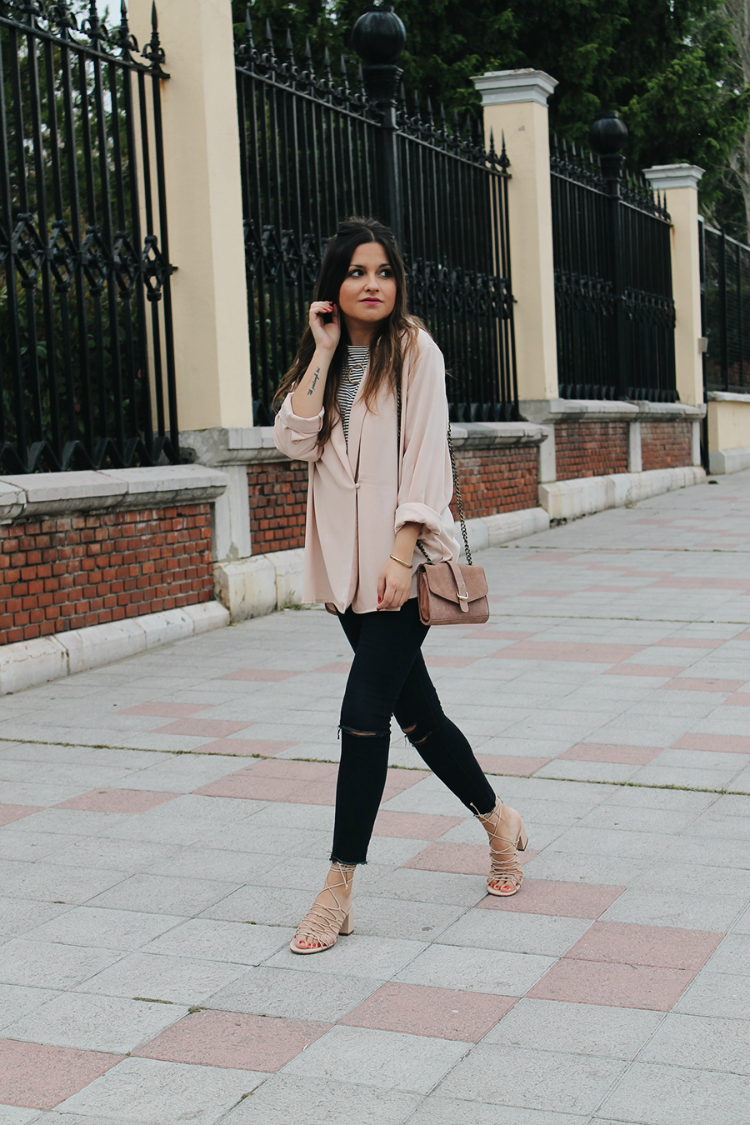 Look con sandalias de tiras y chaqueta rosa
