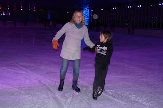 Izan y Yolanda patinando sobre hielo.