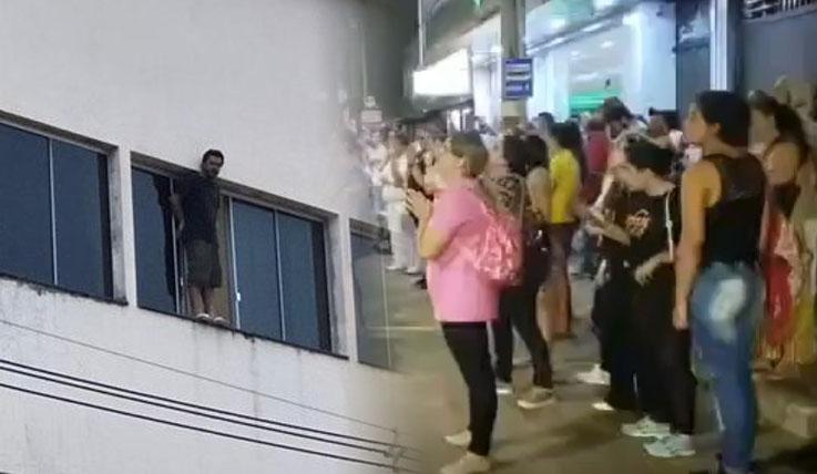 Gente cantando ante hombre suicida