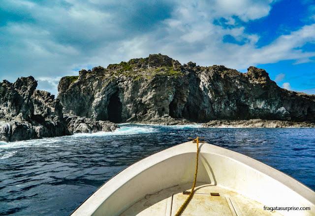 Aproximação de barco do Motu Iti, Ilha de Páscoa