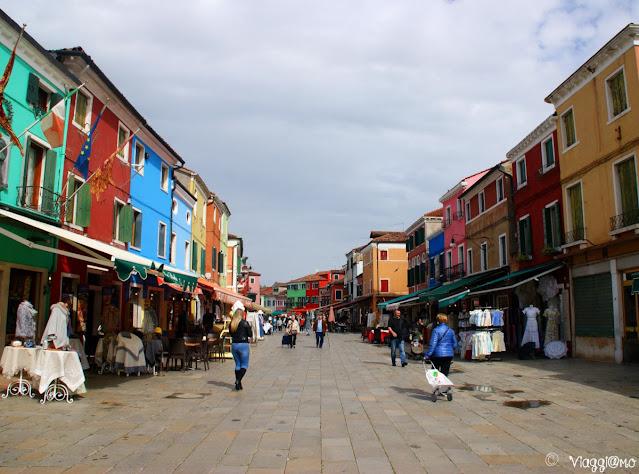 Una delle colorate vie del centro di Burano