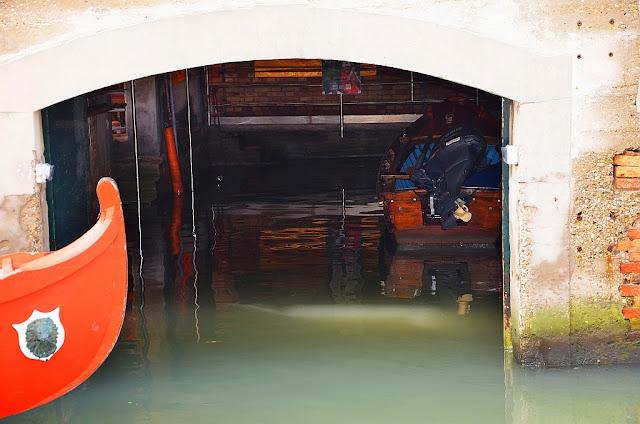 """Benátské """"garáže"""" pro lodě"""