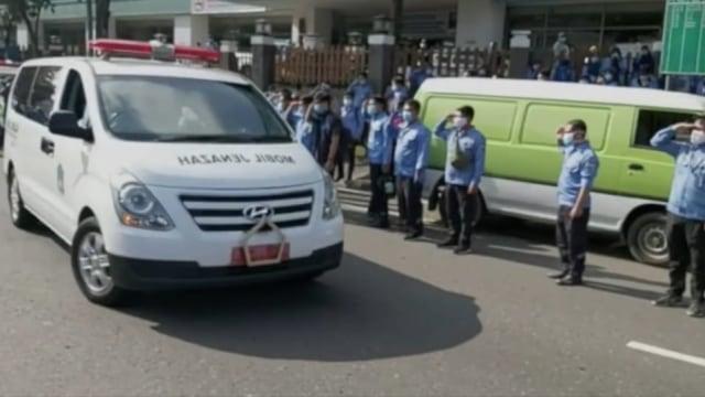 Petugas Ambulans DKI Meninggal di Tengah Corona, Rekan Kerja Beri Penghormatan