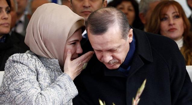 ΣΑΛΟΣ ΣΤΗΝ ΤΟΥΡΚΙΑ....!!Τουρκικές εφημερίδες δημοσίευσαν φωτογραφίες της Εμινέ ΝΑ ΠΡΟΣΚΥΝΑ ΣΕ ΟΡΘΟΔΟΞΗ ΕΚΚΛΗΣΙΑ ΝΑ ΑΝΑΒΕΙ ΚΕΡΙ ΚΑΙ ΝΑ ΠΙΝΕΙ...ΑΓΙΑΣΜΟ...ΚΑΙ σκύβοντας ξεπρόβαλε ΚΑΤΩ από την μαντήλα της ο ΧΡΥΣΟΣ ΣΤΑΥΡΟΣ...!!Σημαντικό ρόλο στις υποθέσεις με άρωμα ορθοδοξίας έχει η γυναίκα του η Εμινέ, που πολλοί στην Τουρκία, ισχυρίζονται ότι είναι κρυπτοχριστιανή....!!ΤΟ ΓΕΓΟΝΟΣ ΕΚΘΕΤΕΙ ΤΟΝ ΕΡΝΤΟΓΑΝ ΚΑΙ ΒΙΑΖΕΤΑΙ ΝΑ ΚΑΝΕΙ ΤΗΝ ΑΓΙΑ ΣΟΦΙΑ ΤΖΑΜΙ...Αυτό όμως που τρομάζει περισσότερο τον Ερντογάν, είναι η σφραγισμένη πόρτα...ΤΗΣ ΑΓΙΑΣ ΣΟΦΙΑΣ....ΤΙ...ΘΑ ΑΠΟΦΑΣΙΣΕΙ ΔΕΝ ΓΝΩΡΙΖΟΥΜΕ...[ΦΩΤΟΓΡΑΦΙΕΣ ΤΗΣ ΕΜΙΝΕ ΠΟΥ ΔΗΜΟΣΙΕΥΤΗΚΑΝ ΣΤΗΝ ΤΟΥΡΚΙΑ ΣΟΚΑΡΟΥΝ....!!]