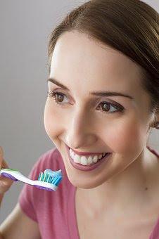 Bagaimana Cara Memutihkan Gigi?