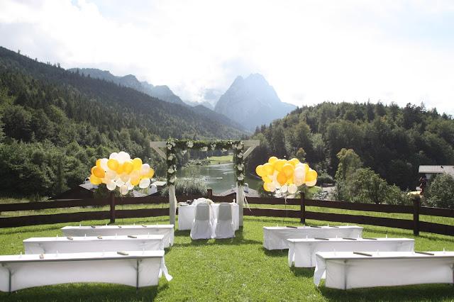 Freie Trauung auf der Bergwiese - Gold und Weiß, goldene Sommerhochzeit im Riessersee Hotel Garmisch-Partenkirchen, gold white wedding in Garmisch, Bavaria, lake-side, summer wedding
