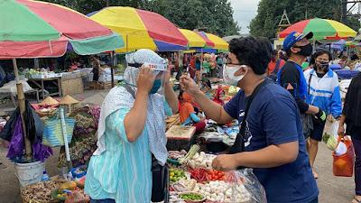 Komunitas Kita Peduli NTB Gandeng Himalaya Bagikan Faceshield ke Pedagang Pasar