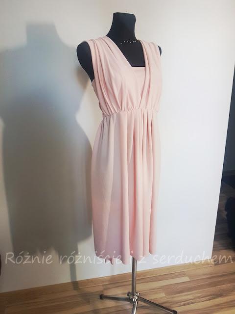 Sukienka z marszczonymi ramionami