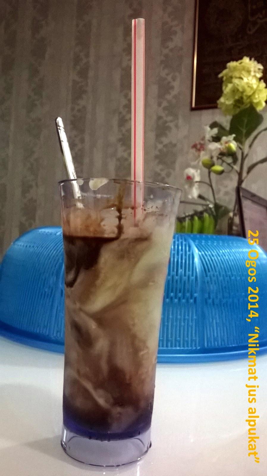 gambar jus alpukat atau avocado dalam gelas plastik lutsinar panjang Malaysia