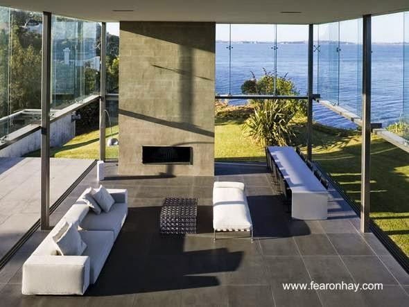 Sala de estar en residencia contemporánea con muros ventana