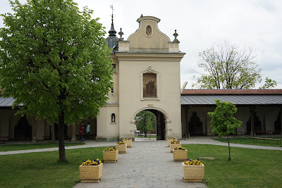 Wejście i dziedziniec przed bazyliką Zwiastowania Najświętszej Maryi Pannie
