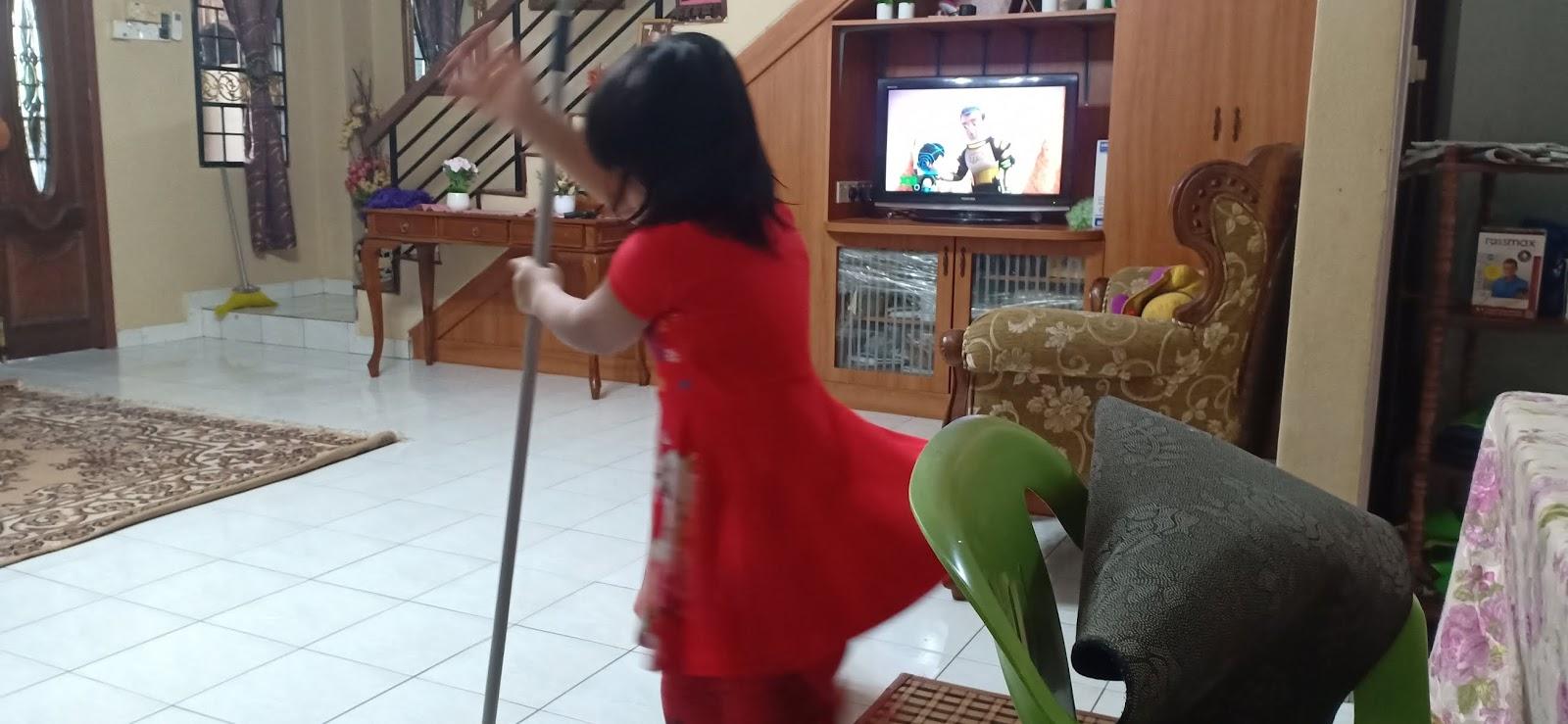 Anak dara kemas rumah mop lantai