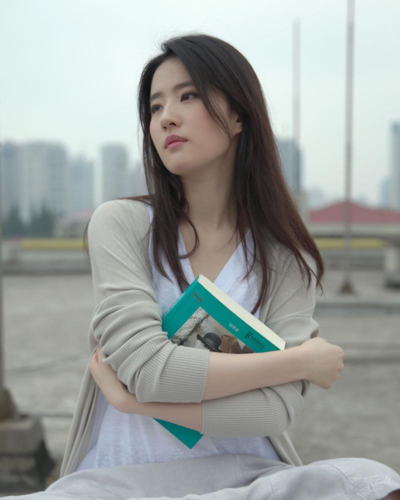 Liu Yifei  artis china manis dan seksi