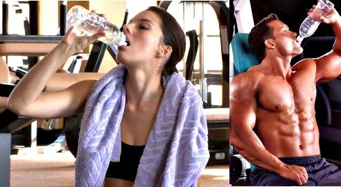 Tomar agua entrenamiento pesas y alta intensidad