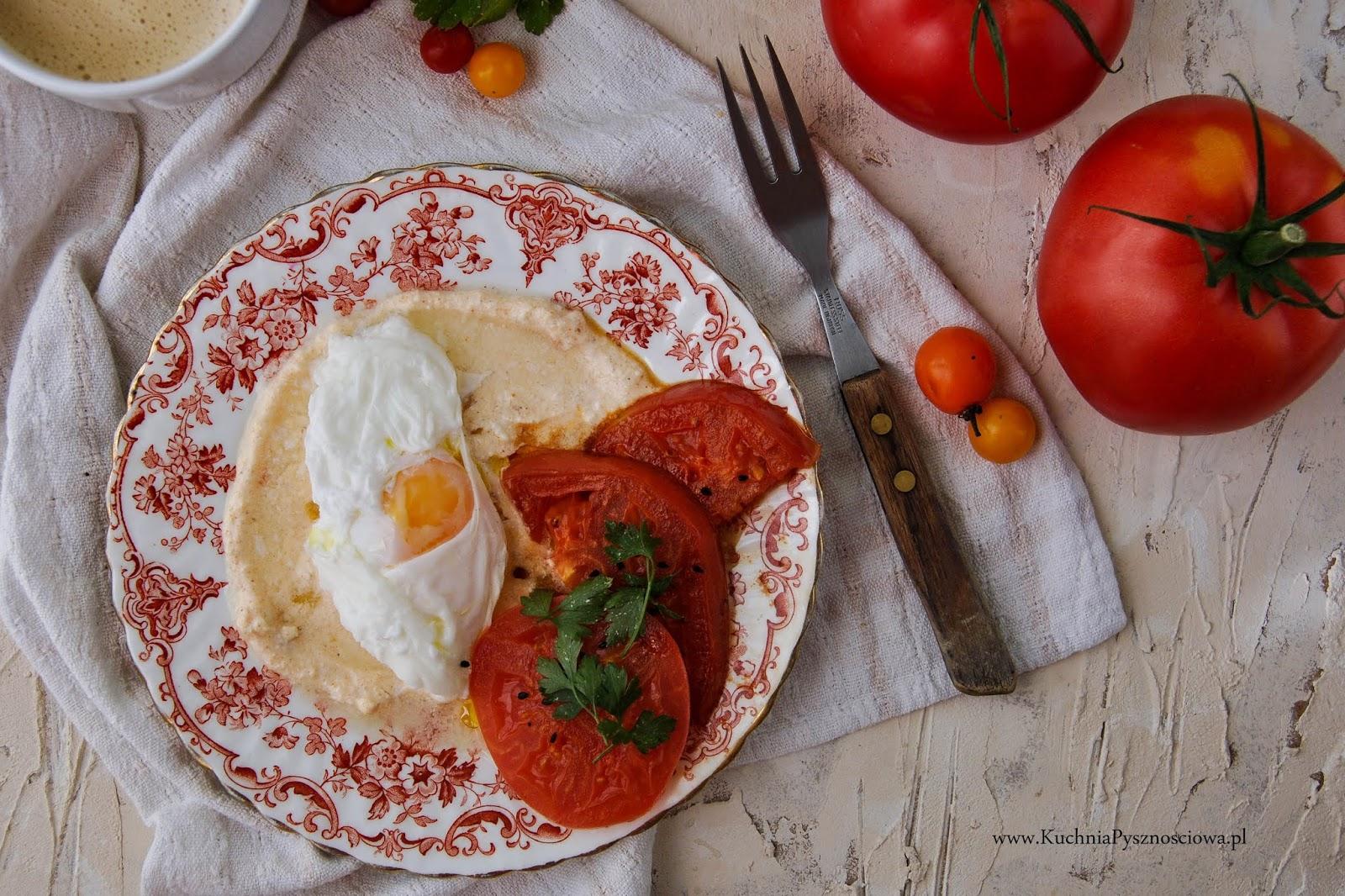 712. Jajka po turecku, z jogurtem i grillowanymi warzywami