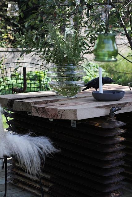 annelies design, webbutik, webbutiker, webshop, nätbutik, nätbutiker, inredning, trädgård, trädäck, trädäcket, uteplats, uteplatsen, diy bord, element, ekplanka, ekplankor, stol, stolar, väderbeständig, stå ute året om, åttakantig, åttakantiga, åttakantigt, träd, mellan träd, fårskinn, ljusstake, korp, karpar, fågel, fåglar,