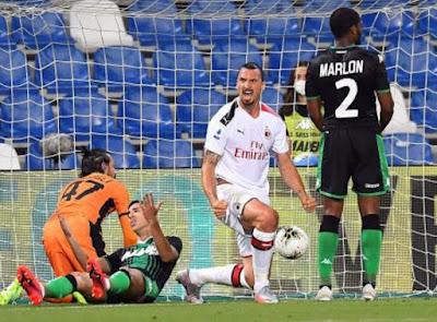 Ibrahimovic esulta dopo aver realizzato il primo goal per il Milan.