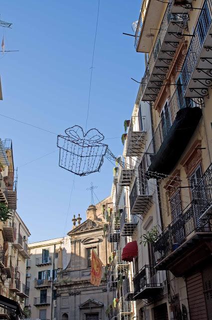 Ulice w Palermo w okresie świąt Bożego Narodzenia