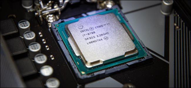 معالج Core i7 موجود في مقبس اللوحة الأم.