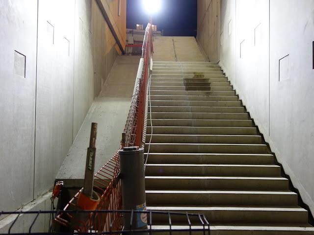 Et là, en se retournant, la sortie... l'escalier et la rampe où sera posé le futur escalator...