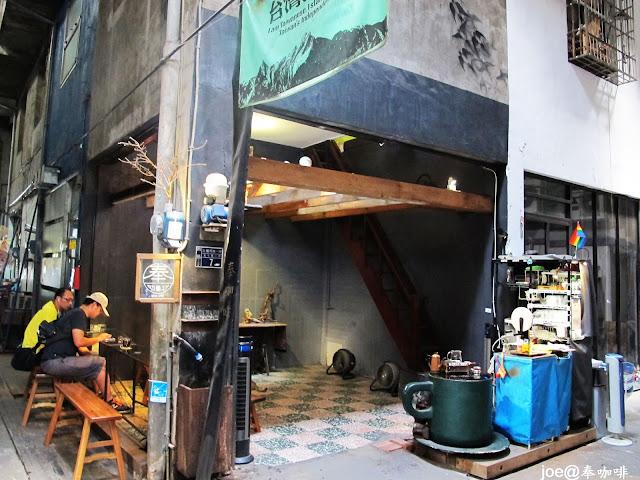 IMG 0186 - 【台中咖啡】隱藏在老舊市場裡的咖啡香 『奉咖啡』讓老闆奉上一杯帶著古早氣味的咖啡吧 台中咖啡 單品咖啡 忠信市場 黑咖啡 寶可夢