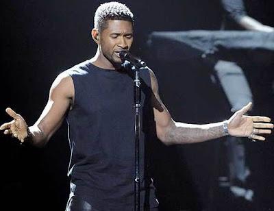 Foto de Usher cantando en el escenario