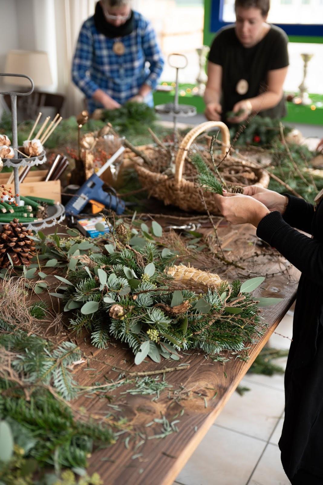 Workshop Rückblick Adventsrkänze und Winterkränze aus Naturmaterialien von Kreativ-Natürlich-Ideenreich: Dekostab Gartenstab Mooskranz Winterbäume Winterbaum  mit tollen Materialien Ideen Inspirationen Kreativsein Kranz Kränze und mehr gestalten Winterbäume
