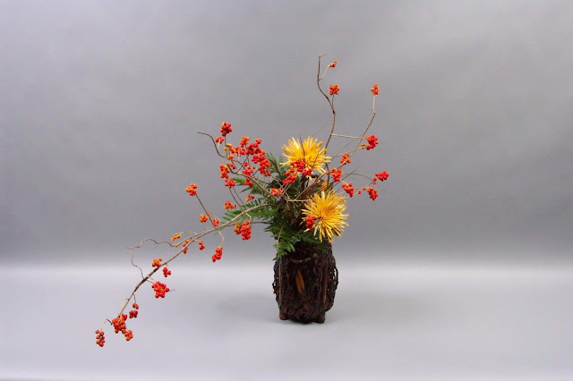 """Một kiểu (cắm hoa) gần gũi với triết lý Thiền nhất, rất đơn giản và không gò bó. Đối lập sâu sắc với tính nghi thức của phong cách Rikka, Chabana xuất hiện như một phong cách tự do của nghệ thuật Ikebana. Đây là một phong cách đơn giản chỉ với hoa và lọ. Toàn bộ ý tưởng là nhằm để nhấn mạnh vẻ đẹp tự nhiên của hoa. Gồm một hoặc hai bông hoa hoặc cành cây trong một bình hoặc một chậu nhỏ, phong cách Chabana đã trở thành nền tảng của một phong cách không có gì bỏ được gọi là Nageire (nghĩa đen là """"quẳng vào"""").     Phong cách Chabana sử dụng một bình hoa cao với rất ít vật liệu. Những loại hoa đơn giản, có màu sáng được coi là thích hợp. Phong cách này sử dụng những kỹ thuật tinh tế để tạo ra vẻ đẹp tự nhiên đơn giản mà nên thơ. Đặc điểm của phong cách Chabana là hoa không được cắm thẳng đứng mà được đặt vào lọ một cách rất tự nhiên. Vì vậy, lọ hoa phải cao, có miệng nhỏ, phong cách Chabana có thể sử dụng trong các phòng như một phần phụ thêm cần thiết không thể thiếu."""